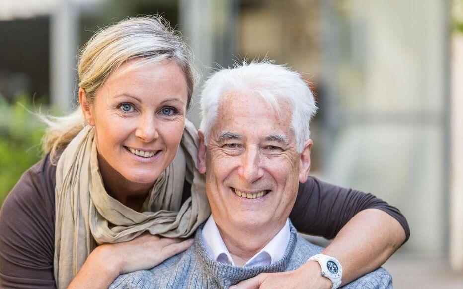 La femme plus âgée n'est plus un problème dans le couple !